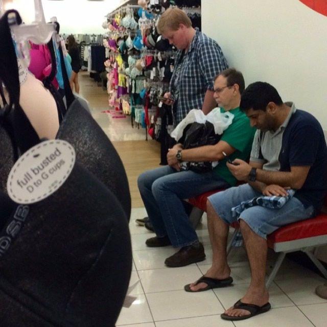 Hombres miserables esperando compras (3)
