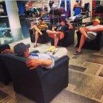 Hombres miserables esperando en las compras