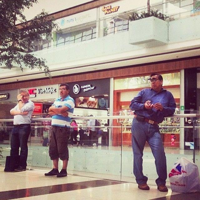 Hombres miserables esperando compras (1)