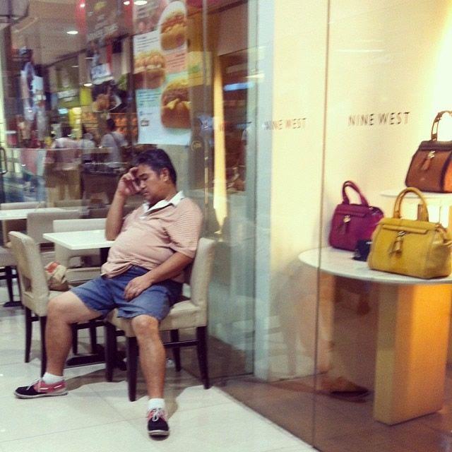 Hombres miserables esperando compras (21)