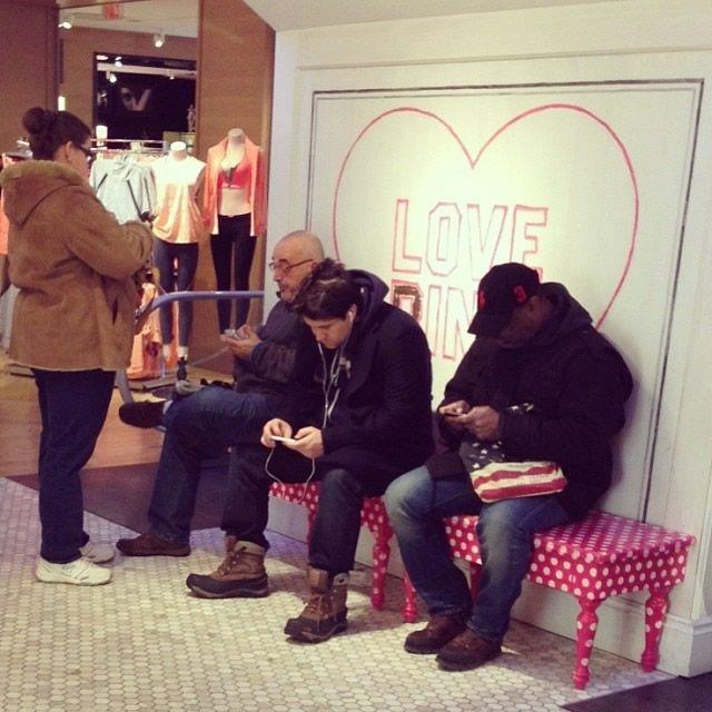 Hombres miserables esperando compras (22)