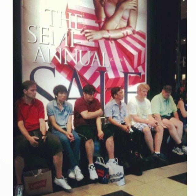 Hombres miserables esperando compras (19)