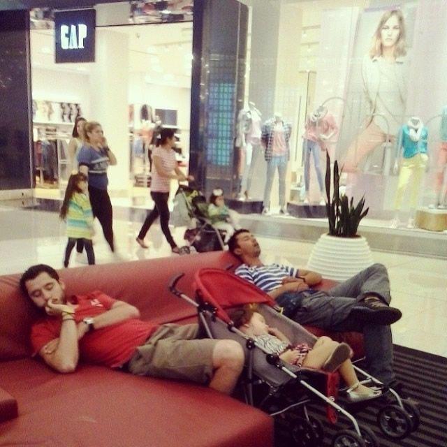 Hombres miserables esperando compras (18)