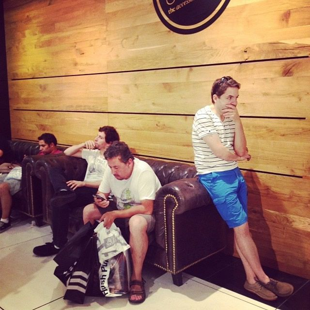 Hombres miserables esperando compras (17)