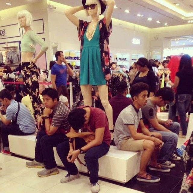 Hombres miserables esperando compras (16)