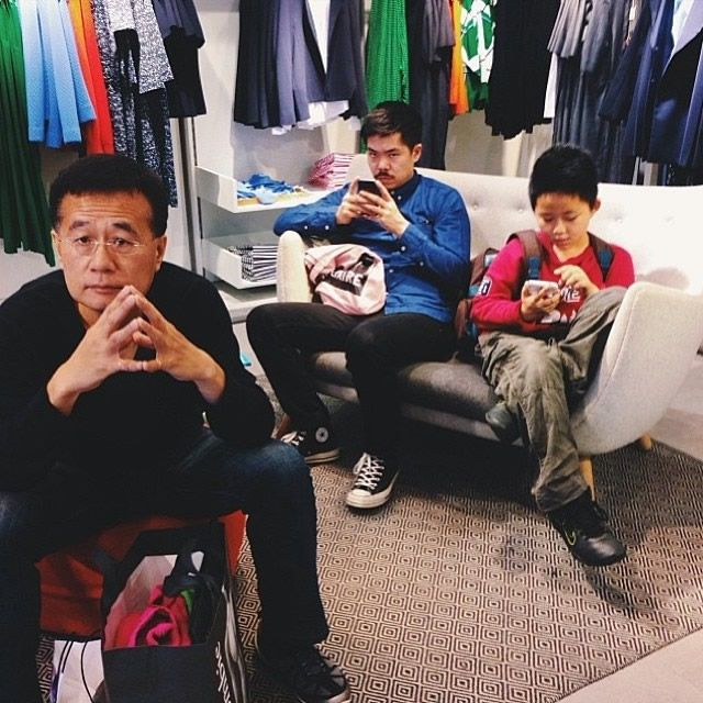 Hombres miserables esperando compras (15)