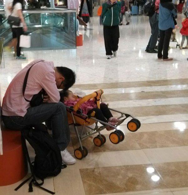 Hombres miserables esperando compras (13)