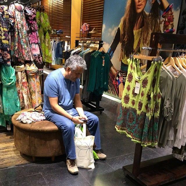 Hombres miserables esperando compras (12)