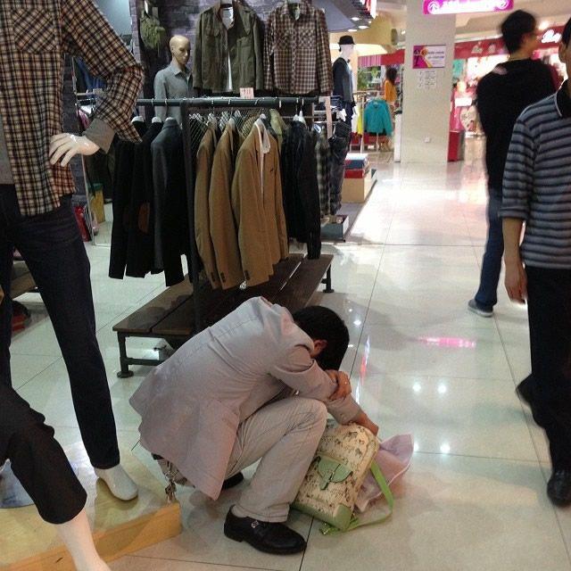 Hombres miserables esperando compras (11)
