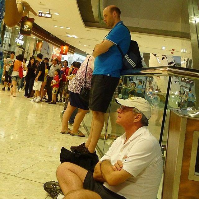 Hombres miserables esperando compras (10)