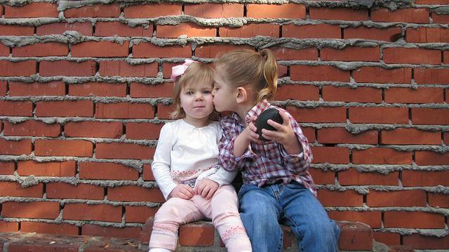 amigas beso