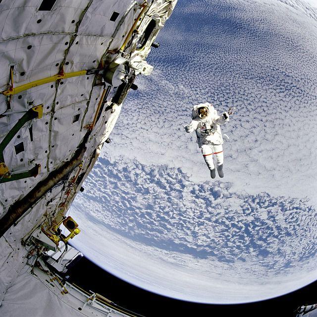 astronauta caminata espacial