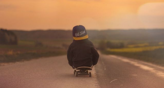 niño patineta