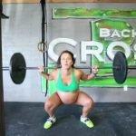 Mujer embarazada de 9 meses levanta pesas de 100 kg