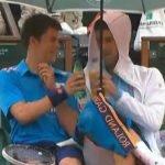 Novak Djokovic le invita  una bebida a un recogepelotas