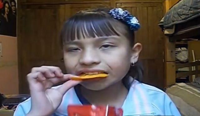 comiendo doritos