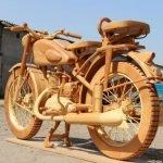 Carpintero ruso construye réplica exacta en madera de una moto soviética