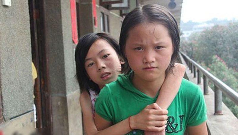 La estudiante más bella de China, lleva a su amiga en la espalda todos los días (1)