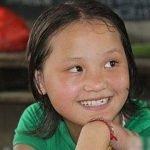 La estudiante más bella de China, lleva a su amiga en la espalda todos los días