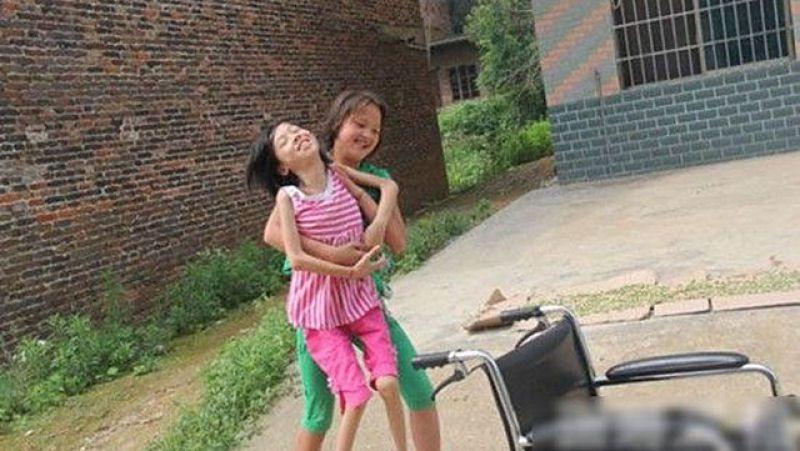 La estudiante más bella de China, lleva a su amiga en la espalda todos los días (3)