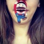 Artista recrea personajes infantiles con maquillaje sobre la boca
