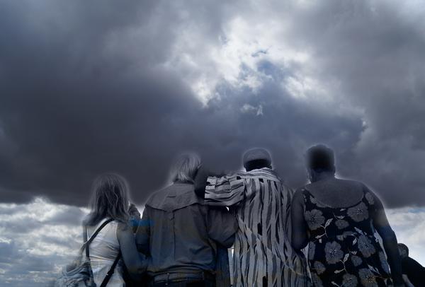 personas mirando al cielo