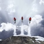 Aventureros escalan Alpes suizos para hacer una sesión de fotos increíble