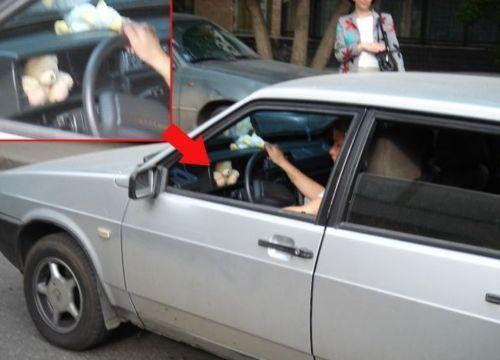 mujer manejando