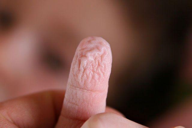 dedos-arrugados-agua