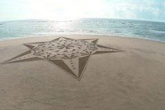 Dibujos alucinantes sobre la arena de una playa en Francia