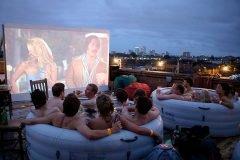 Cine en la bañera se vuelve una moda en Londres