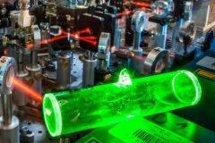 Científicos crean memoria atómica para telecomunicación cuántica