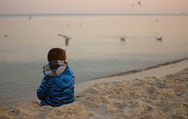 nino-soledad-playa
