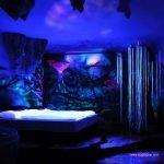 Decoración innovadora convierte habitaciones en espacios lisérgicos cuando se apaga la luz
