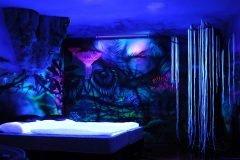 Decoración innovadora convierte habitaciones en espacios lisérgicos cuando se ap...