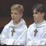 Dos niños de un coro comienzan a cantar y hacen reír a todo el público