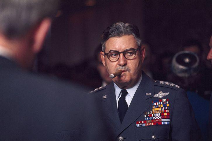 """""""Dile a los Vietnamitas que si no se rinden los voy a bombardear tanto que regresarán a la edad de piedra. Gen. Curtis Le May, mayo de 1964."""""""
