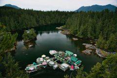 La pareja que construyó una isla flotante para vivir con autosuficiencia