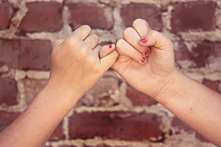 amigos promesa manos