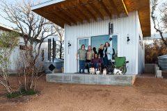 Amigos construyen casas minúsculas para alejarse del estrés de la ciudad