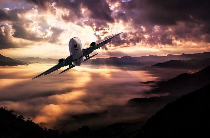 avion en las nubes