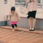 La adorable reacción de los niños japoneses cuando un adulto deja caer la cartera + VIDEOS