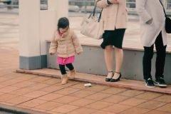 La adorable reacción de los niños japoneses cuando un adulto deja caer la carter...