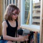 Activista de 9 años construye refugios y cultiva alimentos para los indigentes