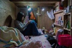 Retratos de personas viviendo en un hotel cápsula en Tokio