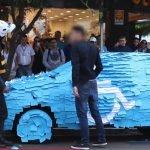 Broma: se estaciona en un lugar prohibido y le tapizan el coche con papel.