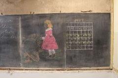 Dibujos y apuntes intactos son descubiertos en pizarrones con 100 años de antigü...
