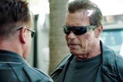 Arnold Schwarzenegger bromea con sus fans fingiendo ser la estatua de cera de Te...