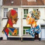 Artista belga construye murales a partir de puertas desechadas