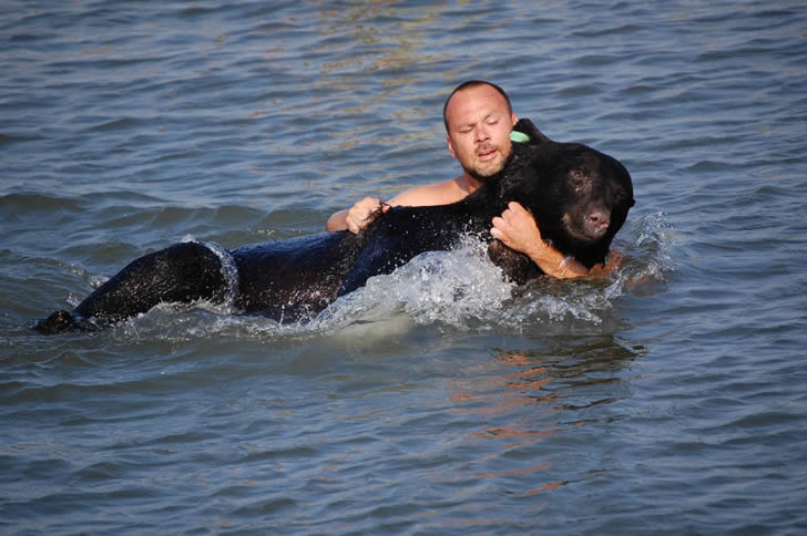 Adam Warwick rescate oso (6)